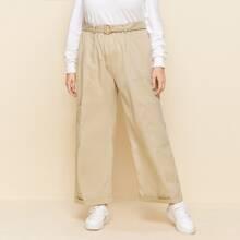 Hose mit seitlichen Taschen, Guertel und breitem Beinschnitt