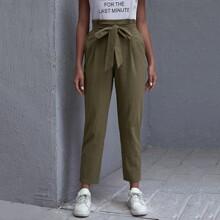 Einfarbige Hose mit Band vorn