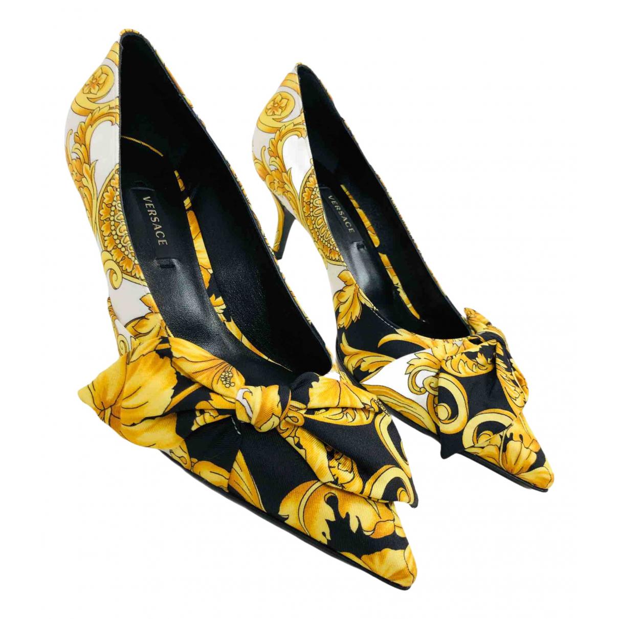Versace \N Pumps in  Gold Leinen