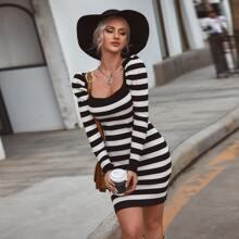 Kleid mit quadratischem Kragen, Puffaermeln und Streifen