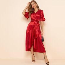 Satin Kleid mit Schosschenaermeln, Selbstguertel und Wickel Design