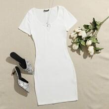 Figurbetontes Kleid mit eingekerbtem Kragen