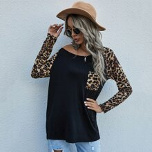 Camiseta con bolsillo delantero de leopardo en contraste