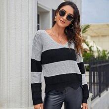 Zweifarbiger Pullover mit sehr tief angesetzter Schulterpartie und Bogenkante
