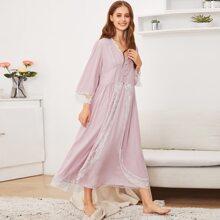 Nachtkleid mit Spitze und Robe