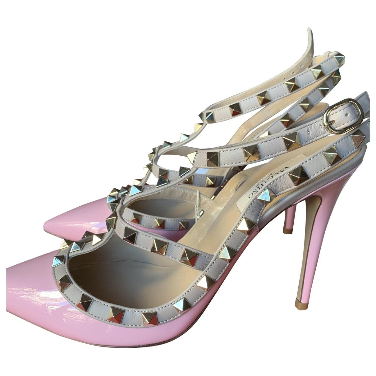 Valentino Garavani Rockstud Pumps in  Rosa Lackleder