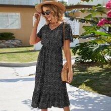 Langes Kleid mit ueberallem Muster, Flatteraermeln und Raffungsaum