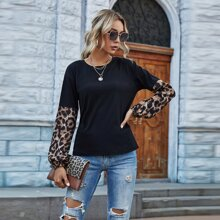 T-Shirt mit Kontrast, Leopard Muster und sehr tief angesetzter Schulterpartie