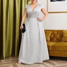 Kleid mit Perlen und Spitzen Detail