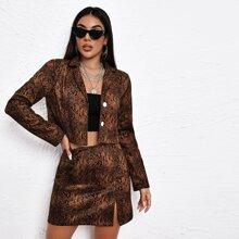 Conjunto chaqueta de piel de serpiente con boton delantero con falda