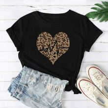 Camiseta con estampado de corazon de leopardo