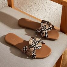 Zapatillas con estampado de piel de serpiente de punta abierta