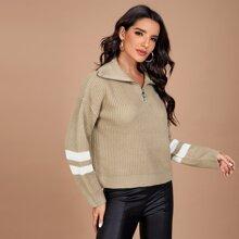 Pullover mit sehr tief angesetzter Schulterpartie, halbem Reissverschluss und Streifen