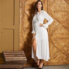 Kleid mit Spitzenbesatz, Taillenband, Glockenaermeln und Knopfen