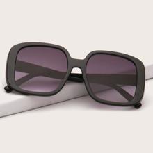 Sonnenbrille mit grossem Rahmen und getonten Linsen