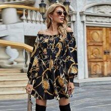 Schulterfreies Kleid mit Kette Muster und Guertel
