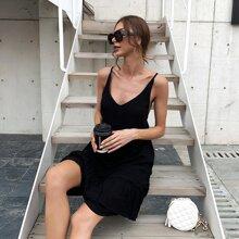 Rueckenfreies Cami Kleid mit Rueschenbesatz und mehrschichtigem Saum