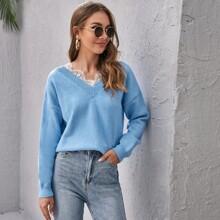 Pullover mit sehr tief angesetzter Schulterpartie und Spitzenbesatz