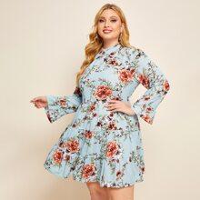 Kleid mit Blumen Muster, Rueschenbesatz und Schluesselloch hinten