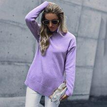 Pullover mit Rollkragen, sehr tief angesetzter Schulterpartie und Schlitz am Saum