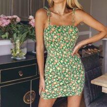 Figurbetontes Kleid mit Knoten auf Schulter und ueberallen Blumen Mustern