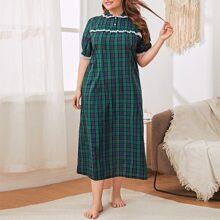 Nachtkleid mit Spitzenbesatz und Karo Muster