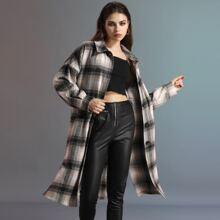 Mantel mit sehr tief angesetzter Schulterpartie, Knopfen vorn und Karo Muster