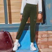 Jogginghose mit seitlichen Taschen Klappen und Kontrast Stich
