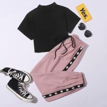 Camiseta corta de cuello V con pantalones deportivos con cinta lateral floral