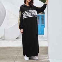 Vestido con capucha de color combinado con estampado de letra