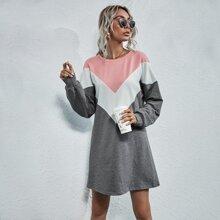 Sweatshirt Kleid mit Chevron Farbblock und sehr tief angesetzter Schulterpartie