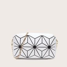 Umhaengetasche mit geometrischem Muster und Kette