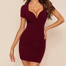 Figurbetontes Kleid mit Herzen Kragen