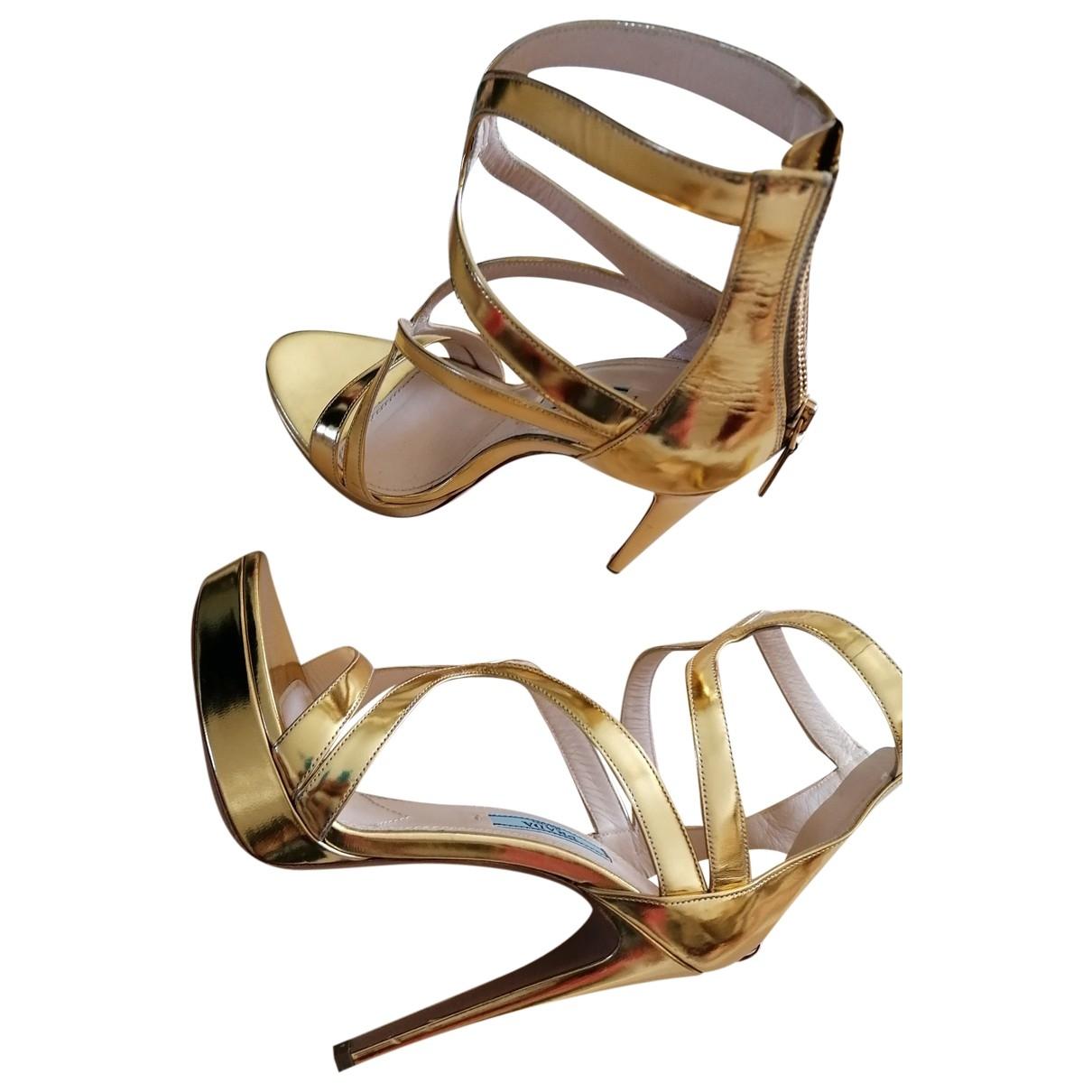 Prada - Sandales   pour femme en cuir verni - dore