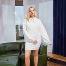 Kleid mit sehr tief angesetzter Schulterpartie und Kapuze