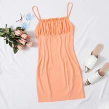 Kleid mit Rueschenbesatz auf Bueste