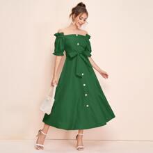 Schulterfreies Kleid mit Knopfen vorn, Rueschenbesatz und Selbstguertel