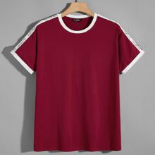 Maenner T-Shirt mit Buchstaben Muster auf den Ärmeln