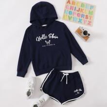 Conjunto capucha con estampado de letra y mariposa con shorts delfin