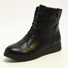 Minimalistischer Stiefel mit runder Zehenpartie