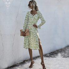 Kleid mit Bluemchen Muster und Ruesche