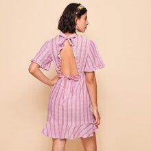 Rueckenfreies Kleid mit Streifen und Rueschenbesatz
