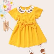 Kleinkind Maedchen Kleid mit Blumen Stickereien und Guertel