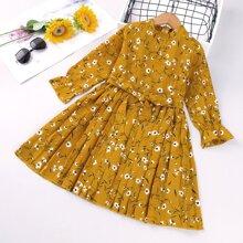 Kleid mit Blumen Muster, Falten und Guertel