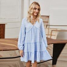 Kleid mit V-Kragen und Rueschenbesatz