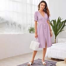Einfarbiges Kleid mit Knopfen vorn und Raffung auf Manschetten