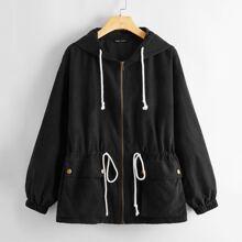 Mantel mit Taschen Klappe vorn, Kodelzug Detail und Kapuze
