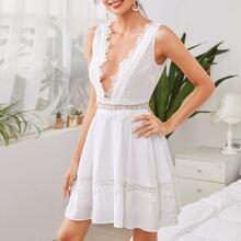 Kleid mit tiefem Kragen und Guipure Spitzenbesatz