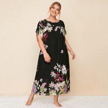 Nachtkleid mit Blumen Muster und sehr tief angesetzter Schulterpartie