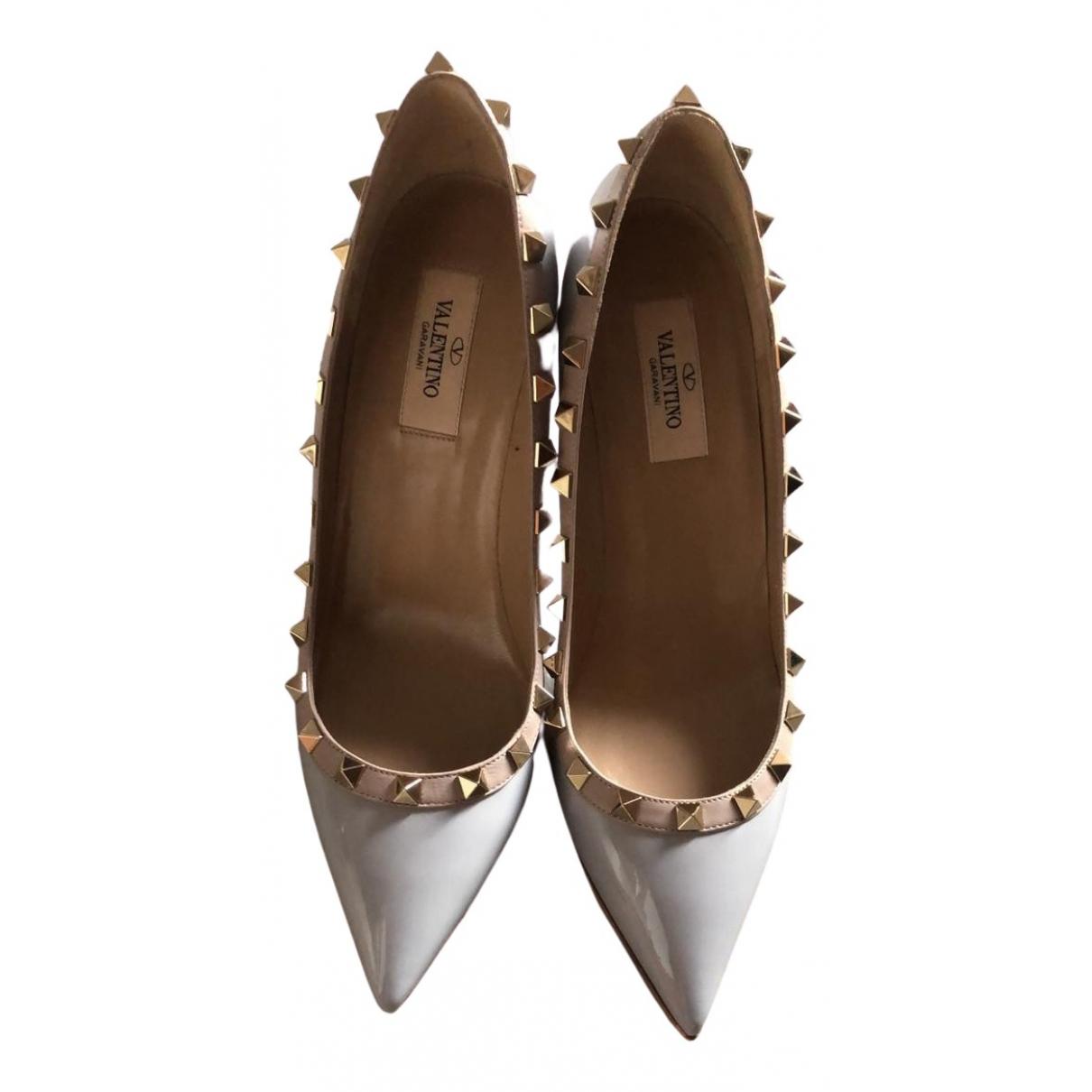 Valentino Garavani - Escarpins Rockstud pour femme en cuir verni - gris
